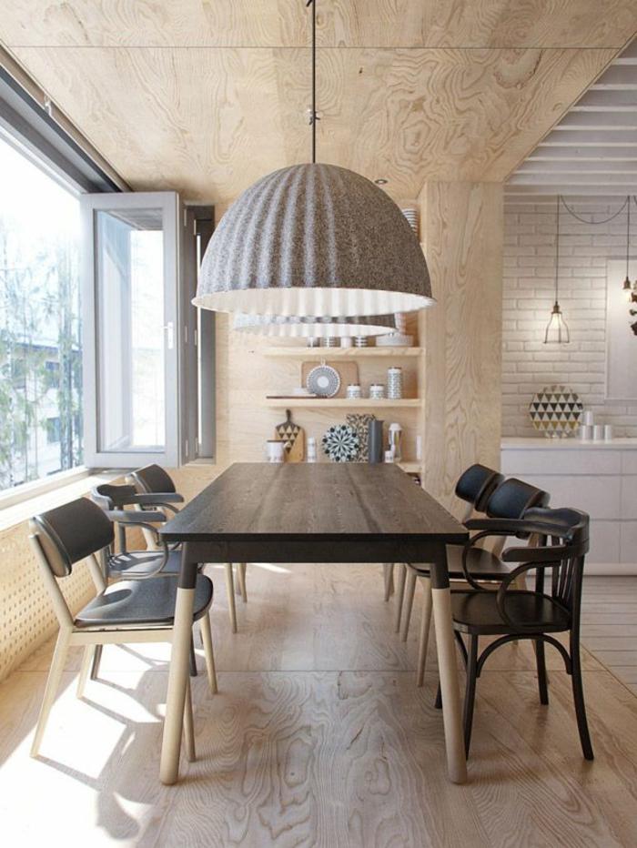 skandinavisch-einrichten-attraktive-hängende-lampe-über-dem-tisch