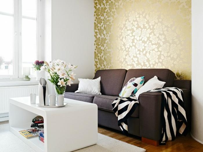 skandinavisch-einrichten-braunes-sofa-weißer-couchtisch