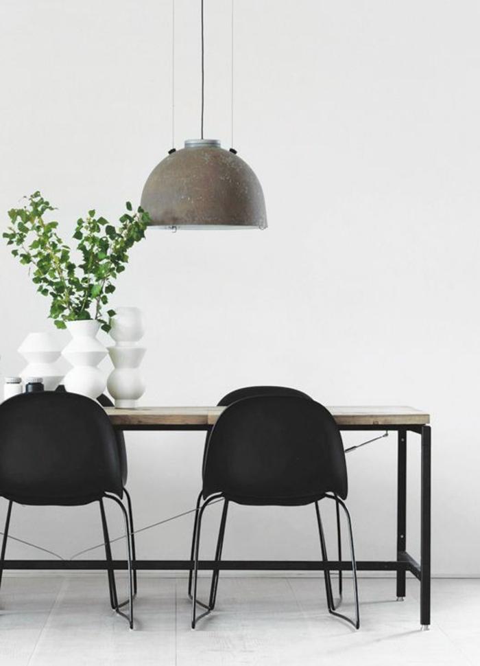 skandinavisch-einrichten-hängende-lampe-und-schwarze-stühle