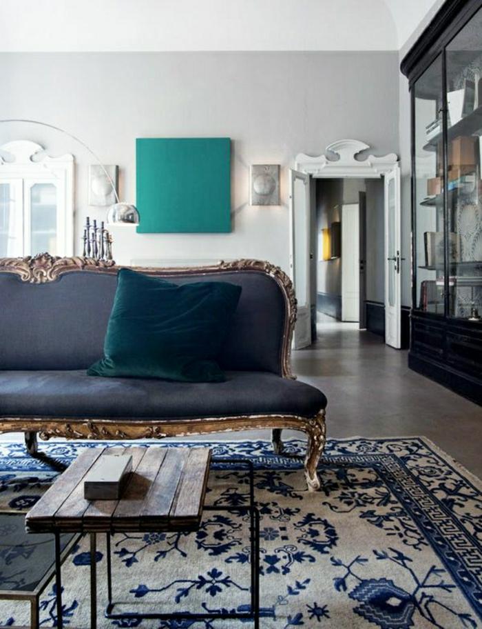 skandinavisches-Interieur-Barock-Sofa-Kissen-Plüsch-hölzerner-Tisch