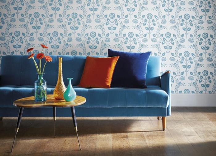 sofa-aus-samt-blaues-modell-schöne-dekokissen