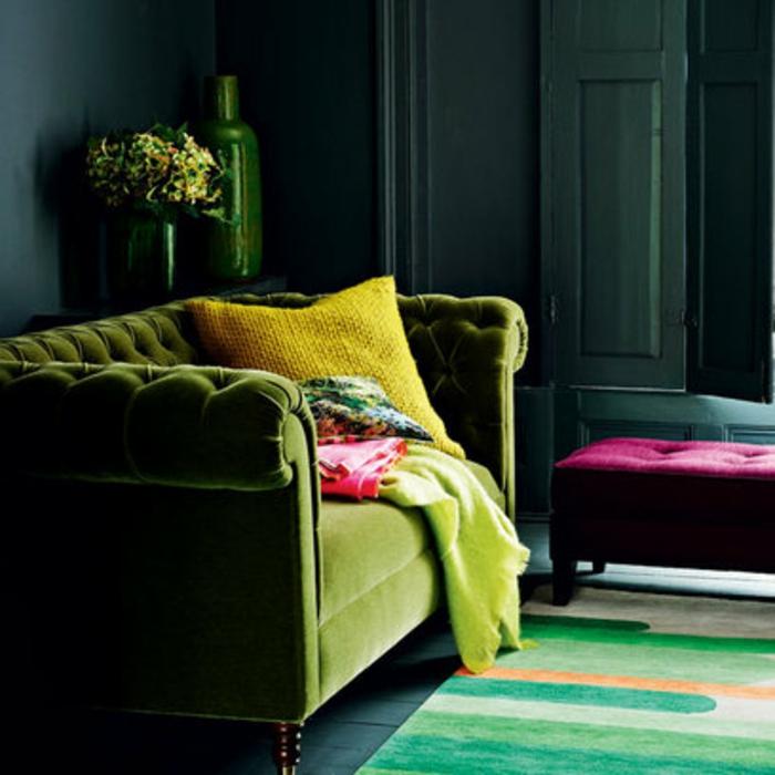 sofa-aus-samt-bunter-teppich