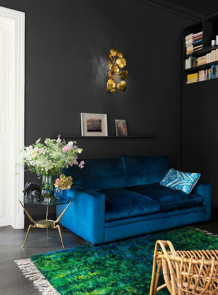 sofa-aus-samt-grüner-teppich