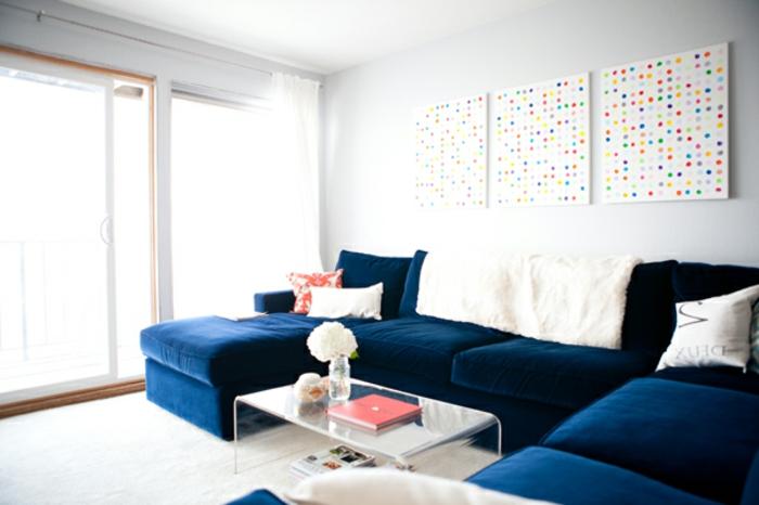 sofa-aus-samt-schöne-bilder-über-dem-sofa