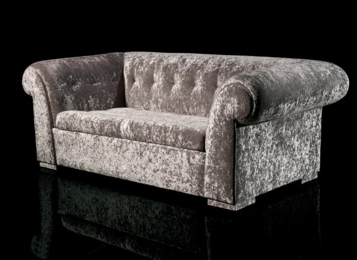 sofa-aus-samt-schwarzer-hintergrund