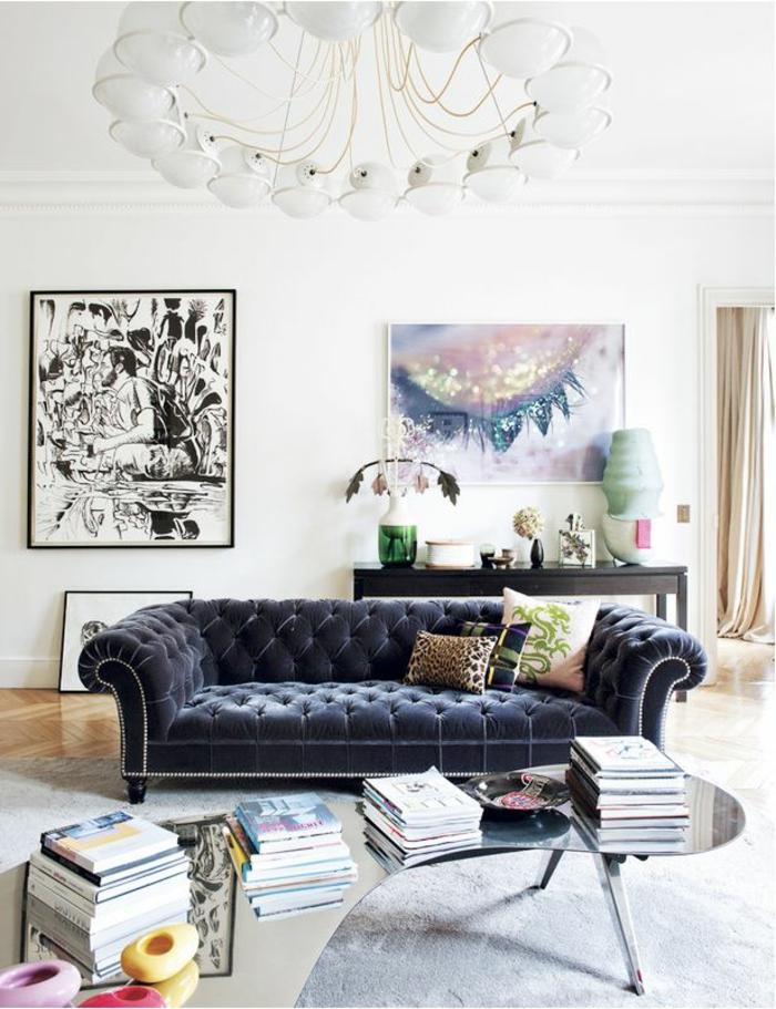 Wunderschönes blaues sofa aus samt im wohnzimmer