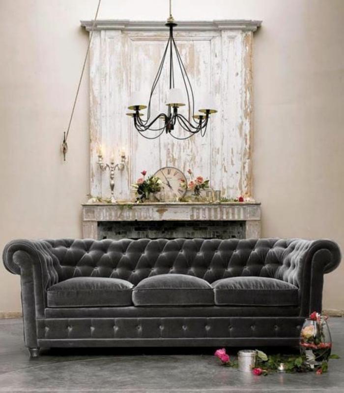 sofa-aus-samt-weiße-wand