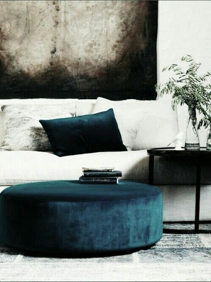 sofa-aus-samt-weißes-modell-schöne-kissen