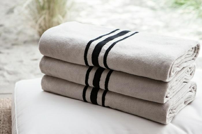 stilvolle-Tücher-weiß-dunkel-blaue-Streifen