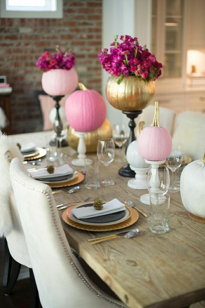 stilvolle-Tischdekoration-Kürbis-bemalen-rosa-Nuancen-golden-hölzerne-Städer
