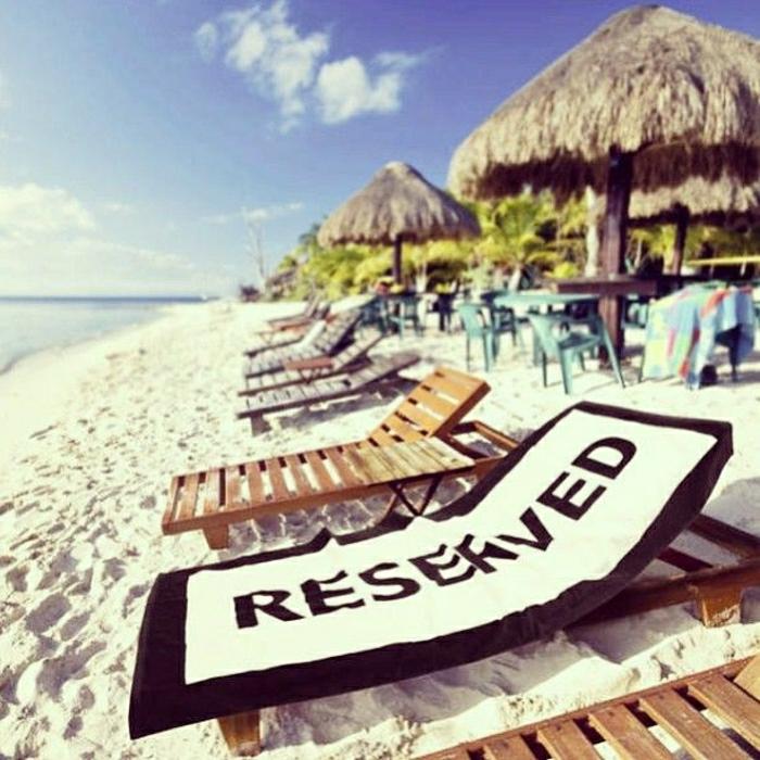 stilvolles-Tuch-Reserved-Aufschrift-schwarz-weiß-Strand-Sommer