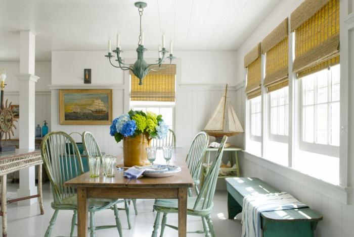 strand-deko-beige-jalousien-und-schöner-tisch