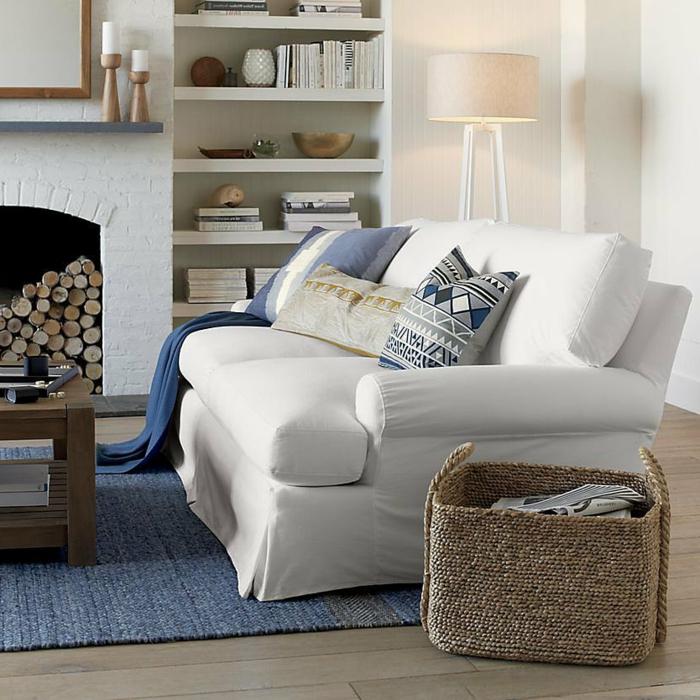 strand-deko-weißes-sofa-und-dekokissen