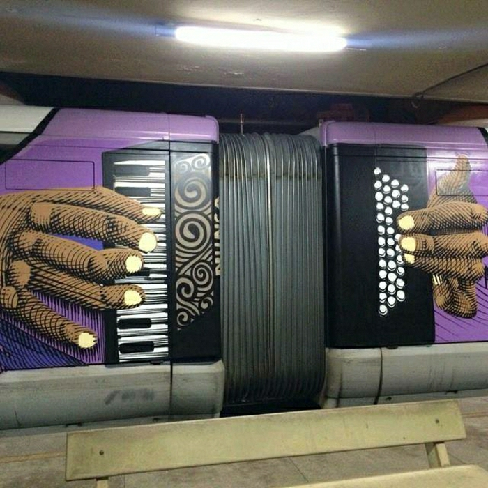 street-art-Graffiti-Metro-Akkordeon-spielen