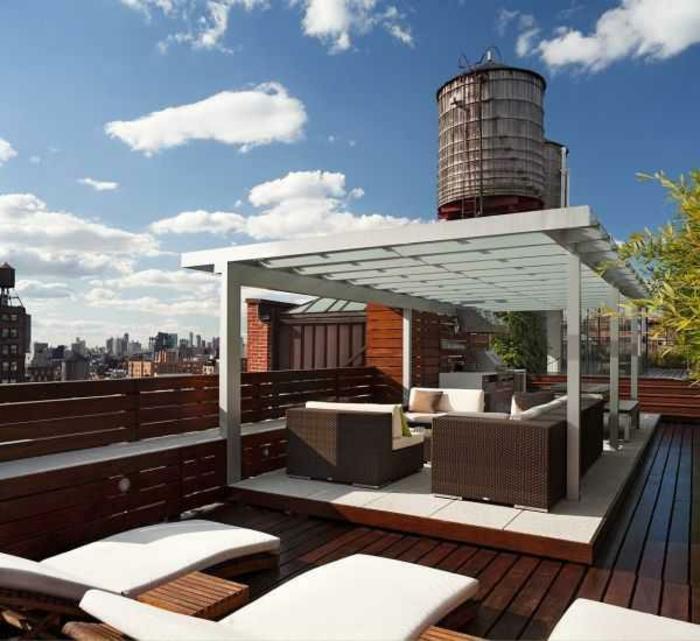 terrassen-gestaltungsmöglichkeiten-liegestühle-in-weiß