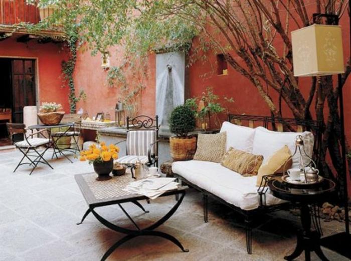 terrassen-gestaltungsmöglichkeiten-weißes-sofa-modell