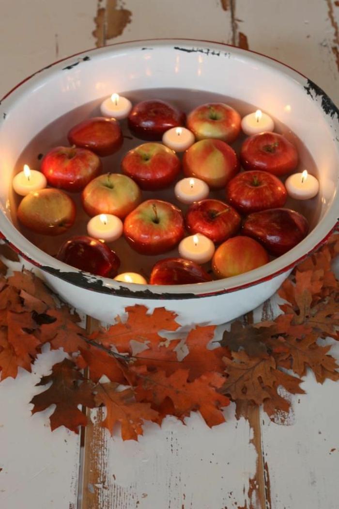 tischdeko-im-herbst-kleine-äpfel-und-kerzen-im-wasser