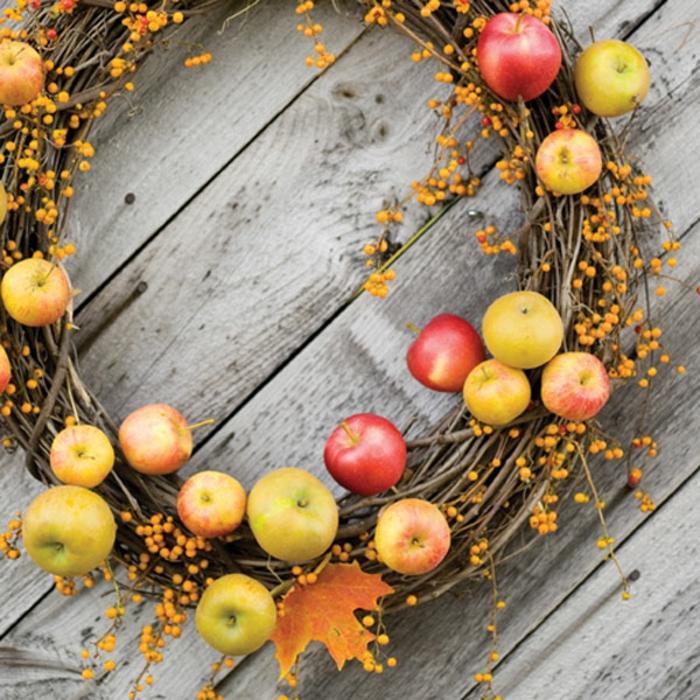 tischdeko-im-herbst-kranz-aus-kleinen-äpfeln