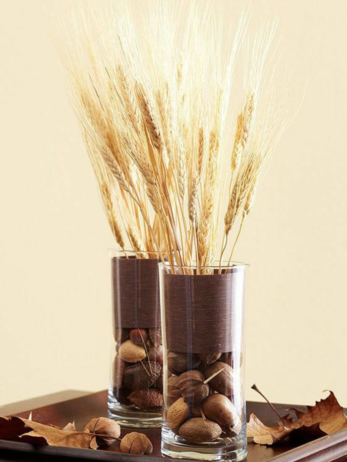 tischdeko-im-herbst-nüsse-in-einer-vase