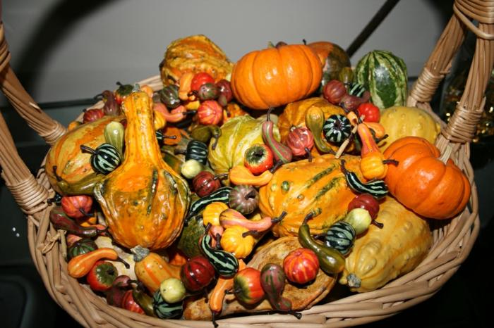 tischdeko-im-herbst-orange-kleine-kürbisse