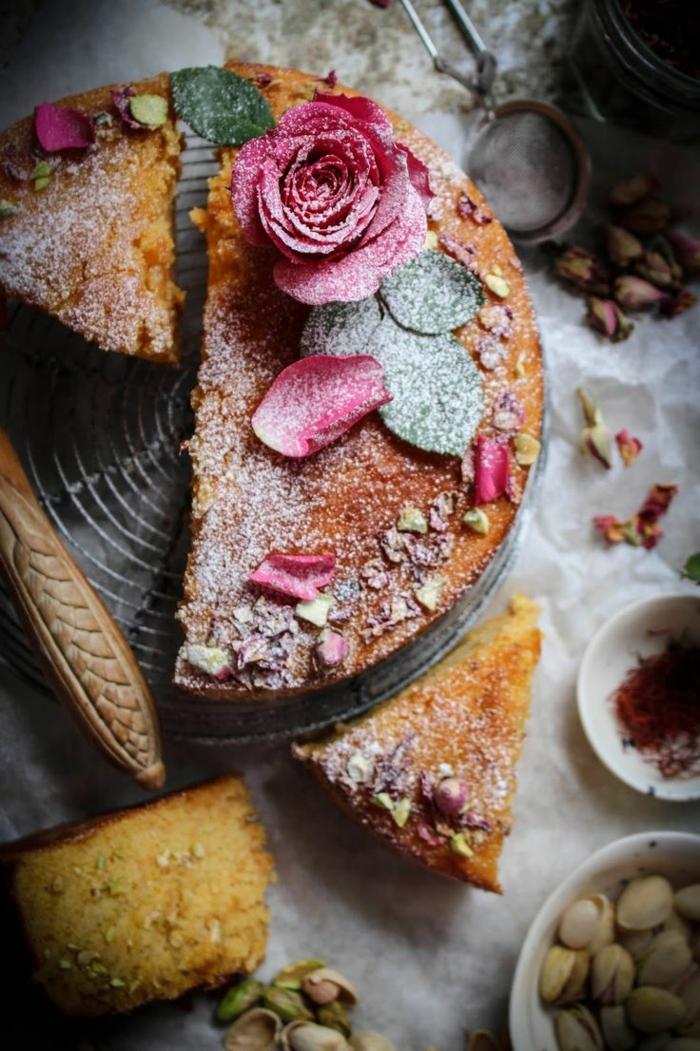 tolle-torten-dekorative-rosen-darauf