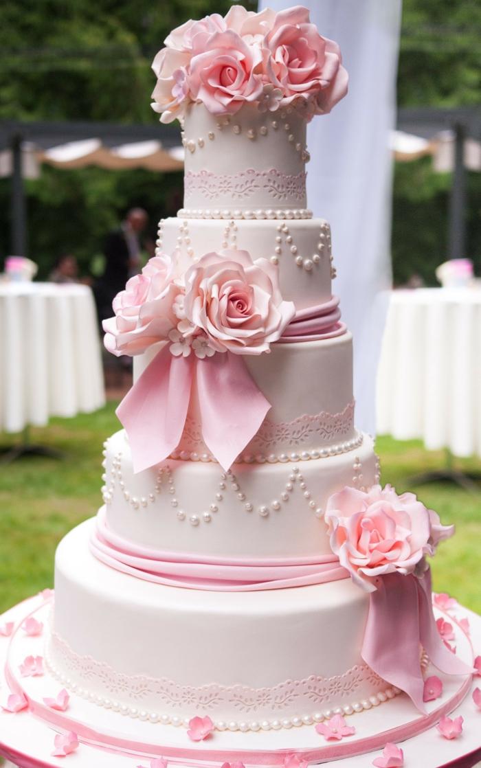 tolle-torten-für-hochzeit-rosige-und-weiße-farben