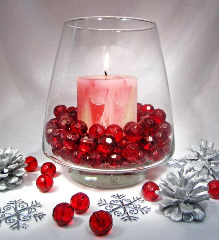 vasen-deko-ideen-rosige-kerze-und-veiele-rote-dekorative-steine