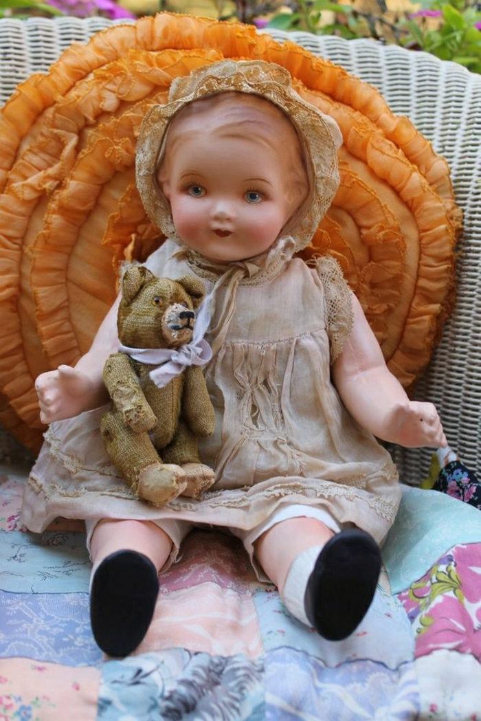 vintage-Baby-Puppe-Plüschtier-Bärchen-großes-orange-Kissen-Bonnet