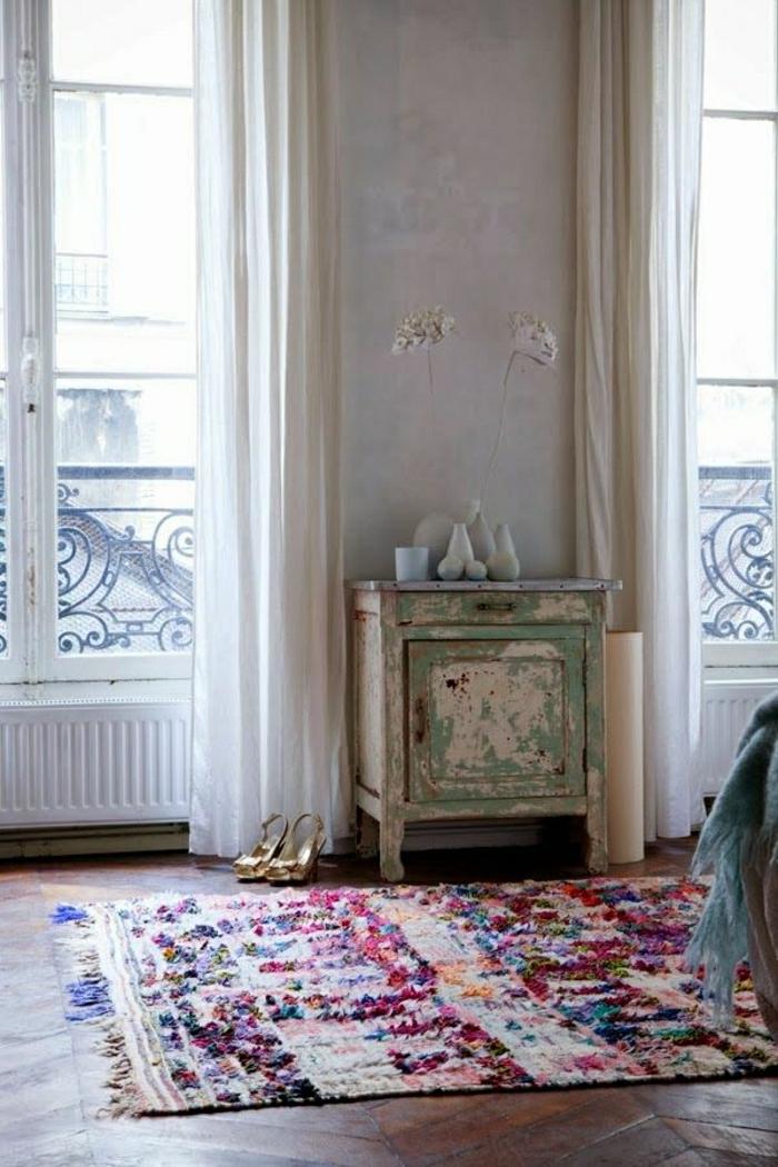 vintage-Möbel-goldene-Schuhe-marokkanischer-Teppich