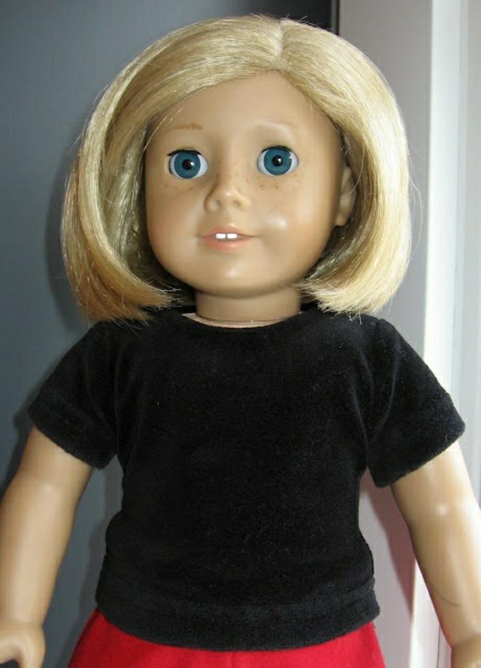 vintage-Puppe-Blondine-schwarze-Bluse-roter-Rock