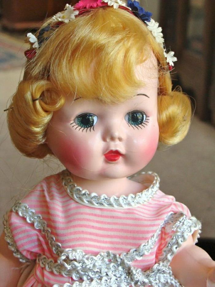 vintage-Puppe-Kunststoff-Miss-Addie-blonde-Haare-Kranz-Blumen