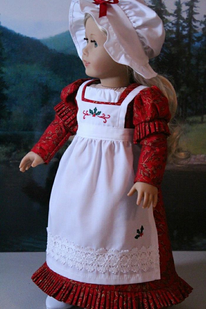 vintage-Puppe-rotes-Kleid-weiße-Schürze-Bonnet
