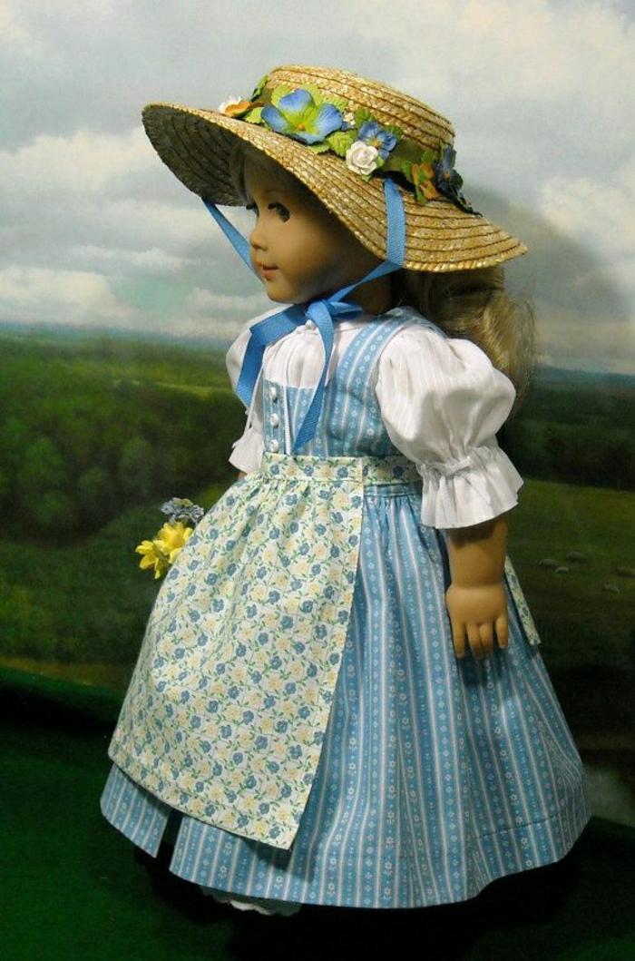 vintage-Puppe-weißes-Hemd-blaues-Kleid-Schürze-Strohhut-Blumen-Dekoration