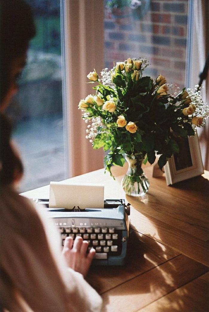vintage-Schreibmaschine-Frau-gelbe-Rosen-schreiben
