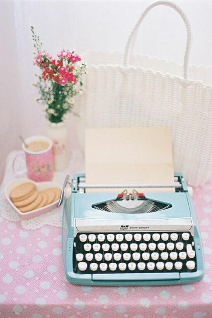 vintage-Schreibmaschine-blau-rosa-Tischdecke-kokette-Atmosphäre