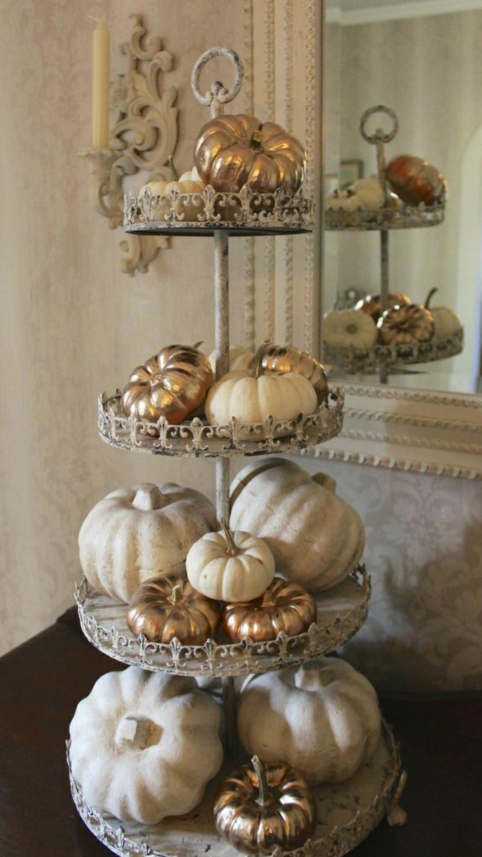 vintage-Ständer-handgemalte-Kürbisse-goldene-Farbe-Kerzen-aristokratische-Gestaltung