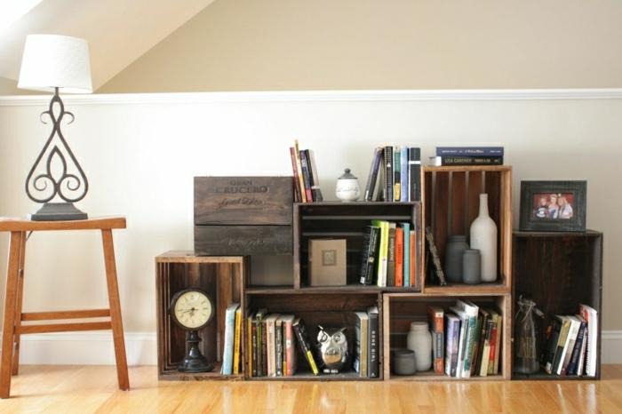 vintage-möbel-aus-paletten-Regal-aus-Weinkisten-Bücher