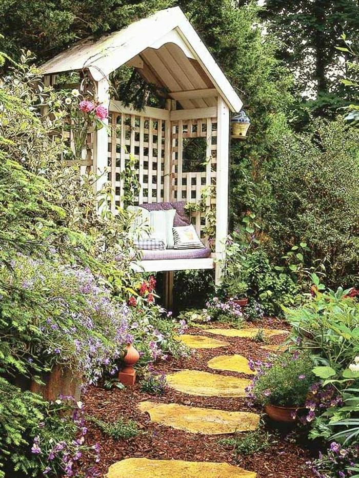 weiße-Gartenbank-Gitterwände-Dach-gemütlich-bequem-Kissen-Grün