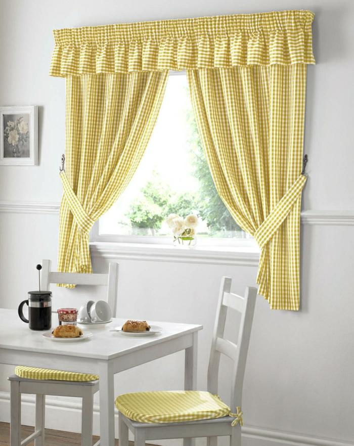 weiße-Küche-gemütlich-kokett-gelbe-Gardinen-für-kleine-Fenster-kariert-Landhausstil-Kaffeetassen-Croissants
