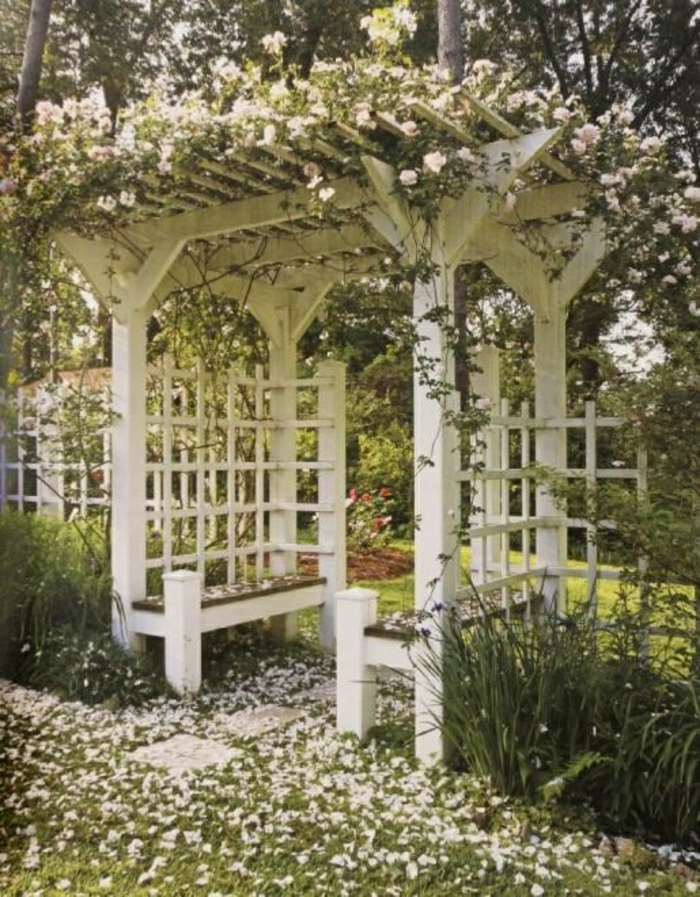 weiße-Laube-Garten-Bänke-Dach-Gitterwände-weiß-Rosen