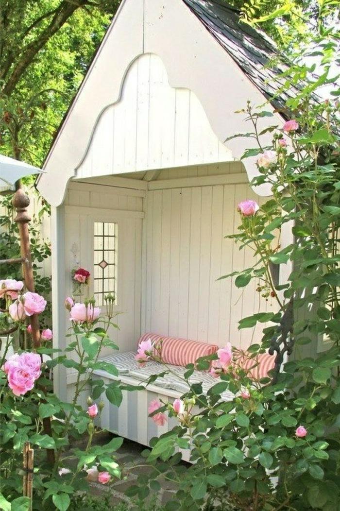 weiße-Laube-Garten-Kissen-Bank-bequem-gemütlich-Dach-Fenster-Rosen