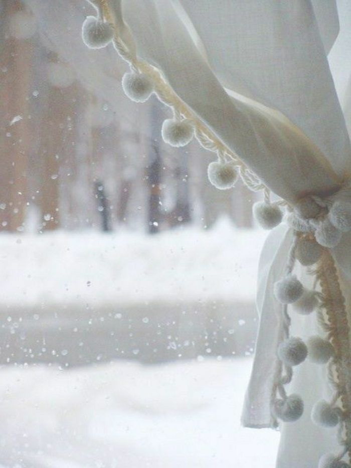 weiße-Vorhänge-Pom-Poms-süß-kleines-Fenster