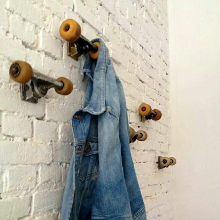 weiße-Ziegelwand-Hanteln-Haken-Denim-Jacke-kreativ