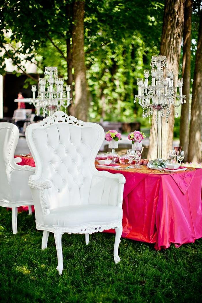 weißer-Leder-Sessel-Barock-Stil-Tisch-Dekoration-Blumen-Kristall-Kerzenhalter-Hochzeit