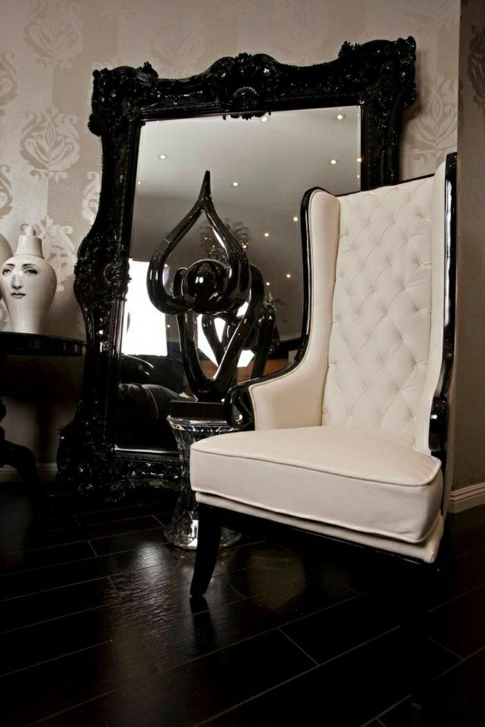 weißer-Sessel-Barock-Stil-großer-Spiegel-schwarzer-Rahmen-schick-luxuriös