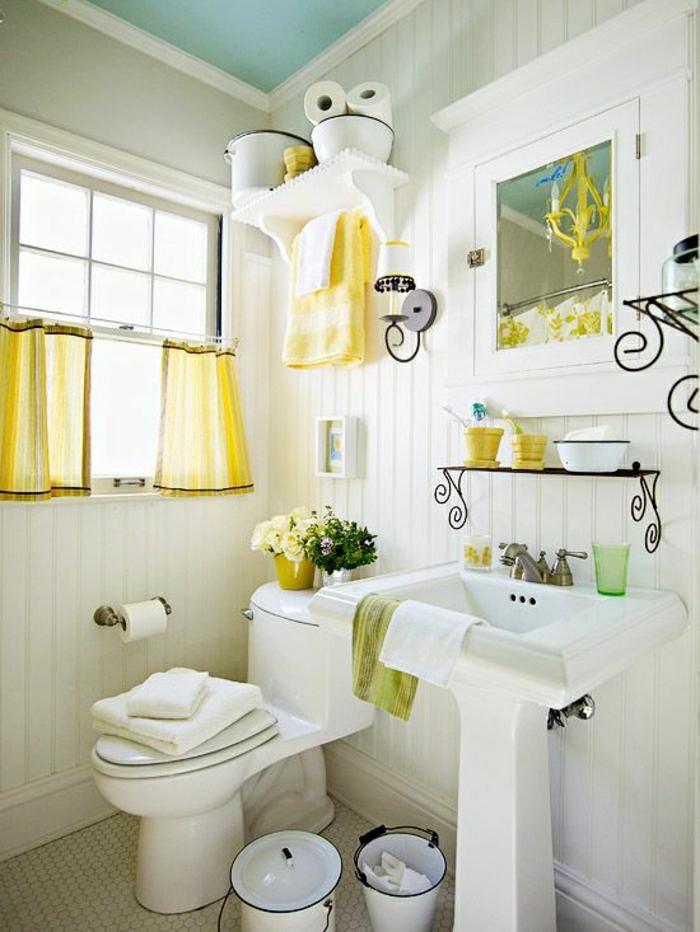weißes-Badezimmer-stilvolle-Gestaltung-grüne-gelbe-Akzente-kleines-Fenster-gelbe-Vorhänge