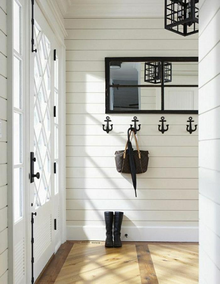 weißes-Interieur-Spiegel-schwarzer-Rahmen-Quadraten-Lampe-interessantes-Design-Kleiderhaken-Anker-Tasche-Regenschirm-Stiefel