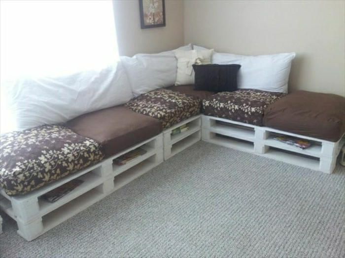 weißes-Paletten-Sofa-braune-Polster-weiße-Kissen