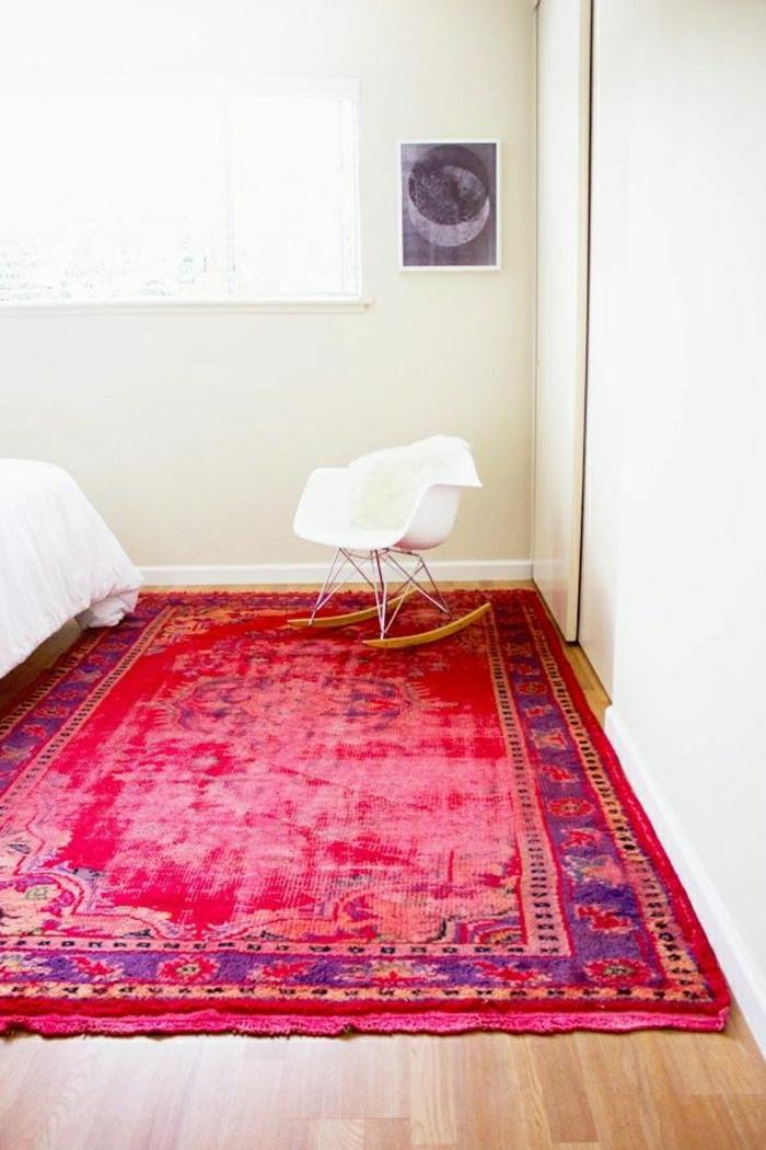 weißes-Schlafzimmer-moderne-Gestaltung-vintage-Teppich-grelle-rosa-Nuancen