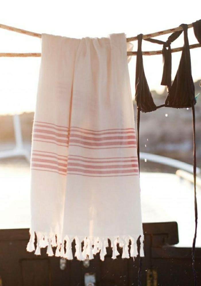 weißes-türkisches-Tuch-rote-Streifen-Strand